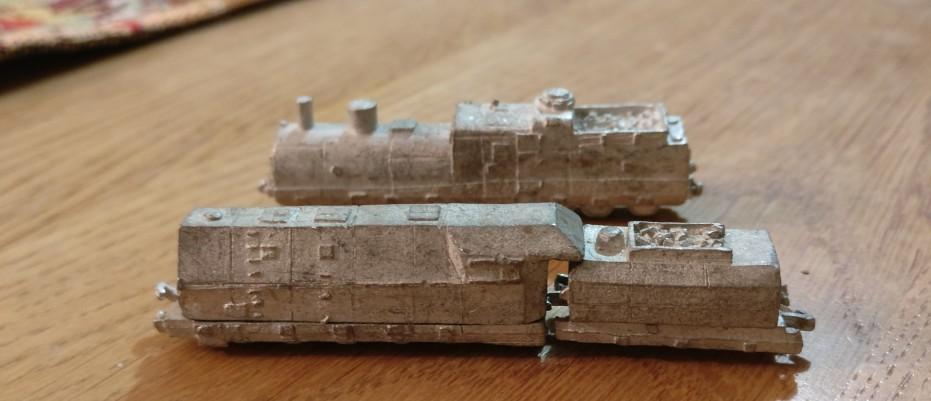 Die beiden Lokomotiven der Panzerzüge von den Heroics & Ros Armored Trains.