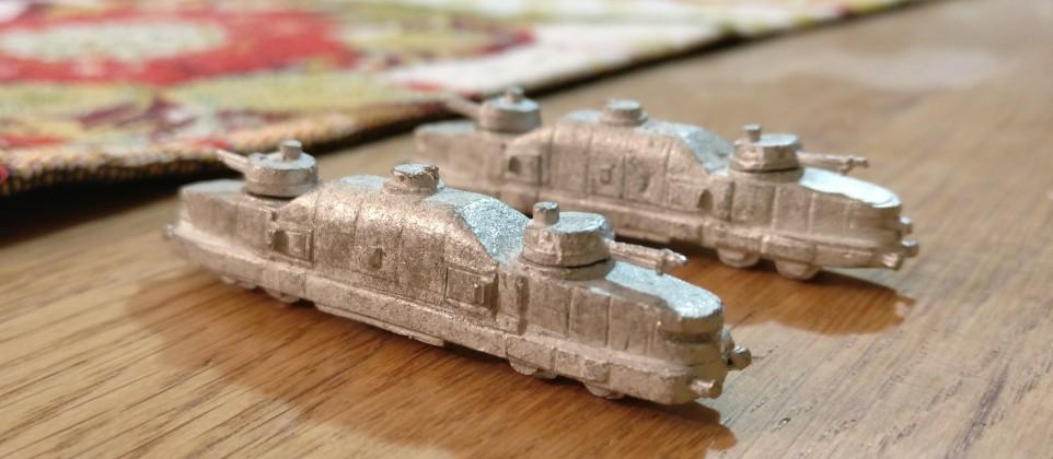 Sehen aus wie kleine Kampfmaschinen. Die  gepanzerten Wagen mit Kampftürmen als  Panzerzug im Fronteinsatz oder als Streckenschutzzug. Die Panzerzüge von den Heroics & Ros Armored Trains.