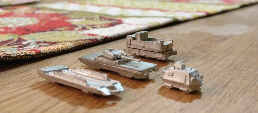 Eine Draisine und verschiedene andere Wagen der Panzerzüge von den Heroics & Ros Armored Trains.