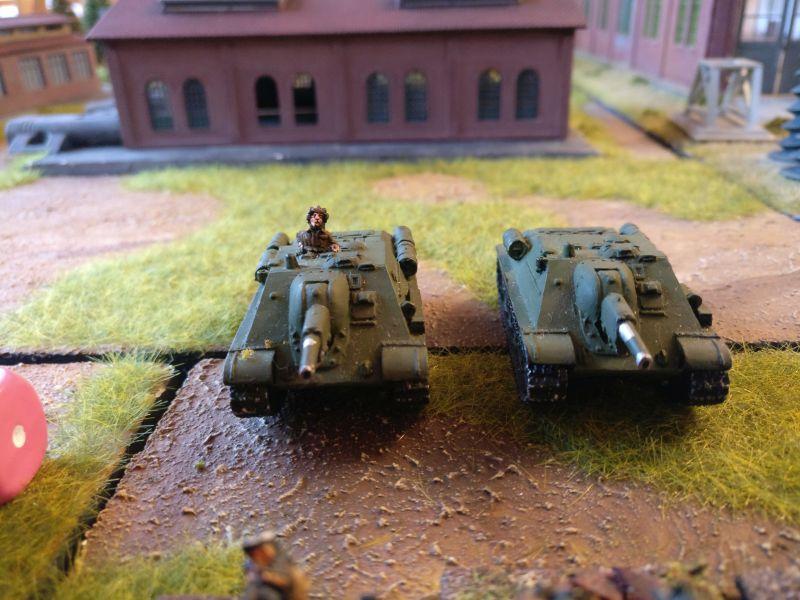 Zwei mittlere Sturmgeschütze / Panzerhaubitzen SU-122