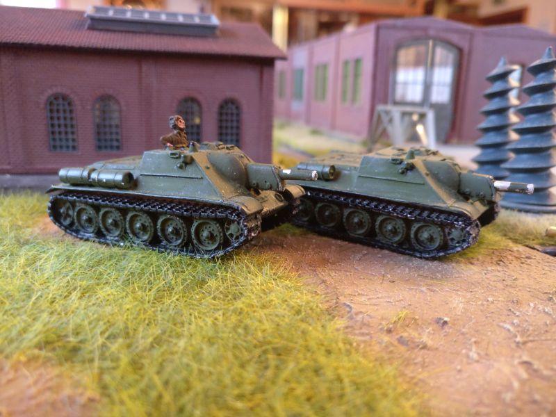 """Die beiden SU-122 rattern durch das Fabrikgelände der Maschinenfabrik """"Roter Okotber"""" in Shturmigrad"""