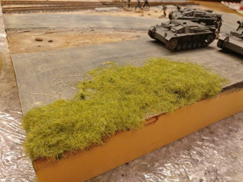 Hier liegt das Gras dick auf den PONAL aufgestreut und per Hand in den Kleber eingedrückt.