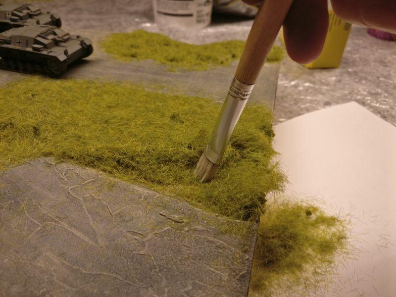 Mit dem Borstenpinsel wird das Gras vorsichtig nach dem gründlichen Trocknen ( 8+ Stunden ) entfernt.
