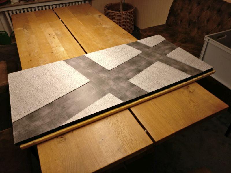 Das erste Segment der Spielplatte kommt auf den Tisch in der guten Stube.