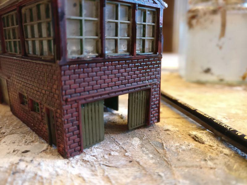 Die Fensterkreuze wurden bereits mit Revell Aquacolor Helloliv behandelt.