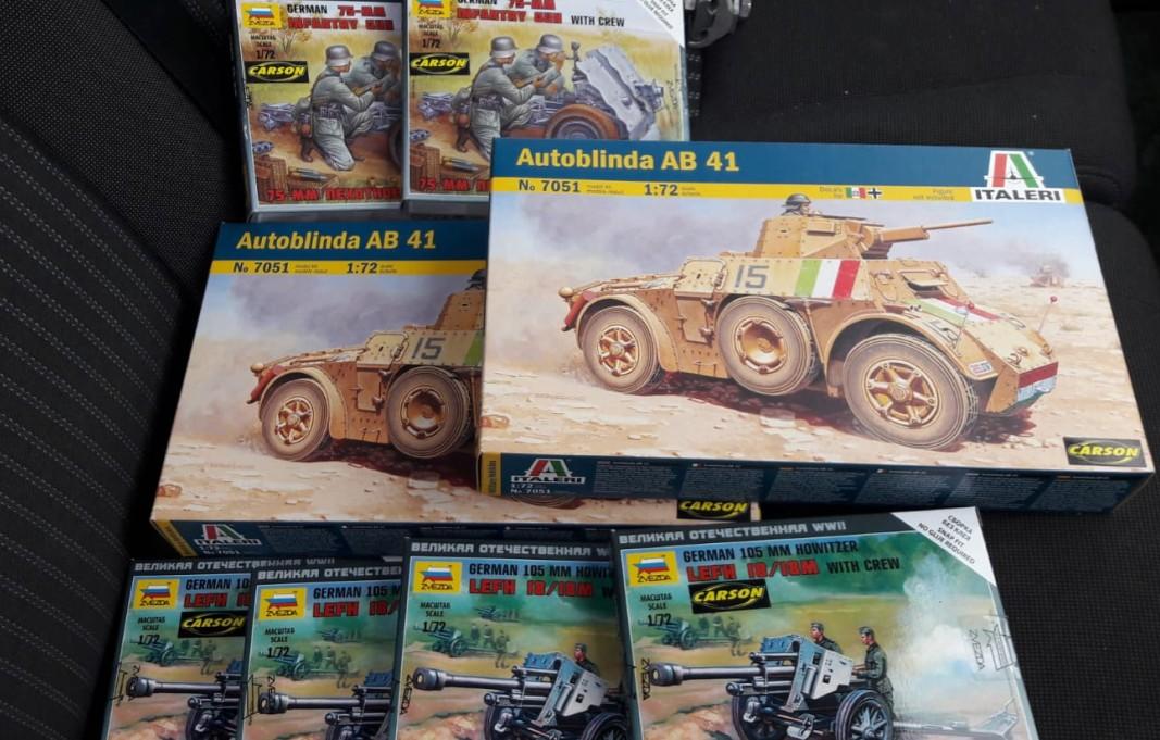Dominics Haul: zwei Autoblinda AB 41 (Italeri 6442), vier Zvezda 6121 German 105mm Howitzer mit Crew und zwei Zvezda 6156 German 75mm Infantry Gun - 7,5cm leichtes Infanteriegeschütz 18 L/11,8 (#1)