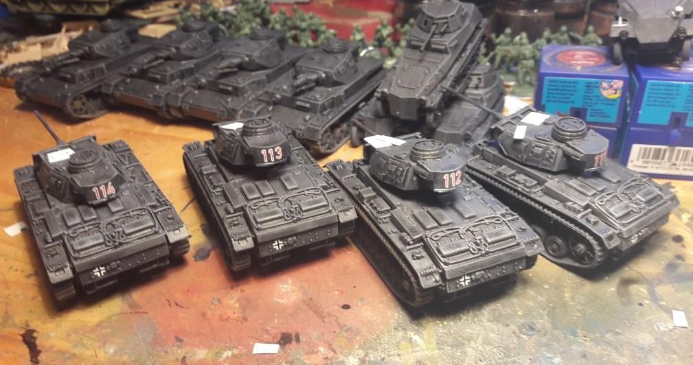 Dominic hat ein Monatsabo bei Plastic Soldier. Panzer III, Panzer IV und sehr, sehr geile Sd.Kfz.250 kommen in größeren gebinden.
