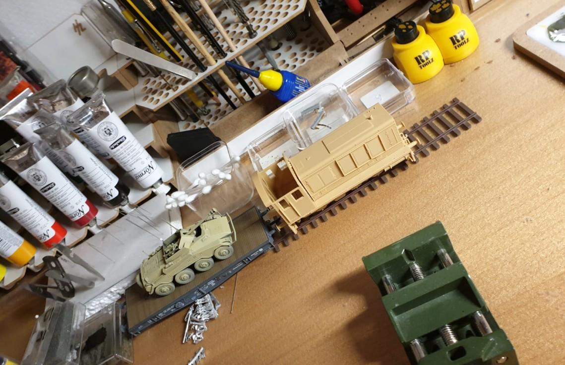 """Das Gespann aus Hobby Boss  """"German-WR360-C-12"""" Rangierlokomotive. und Modelcollect German Railway Schwerer Plattformwagen TYPE SSYS auf dem mitgelieferten Gleis. Aufgeladen: ein Sd.Kfz. 234/4 mit 7,5-cm-PaK 40 L/46 (#3)"""