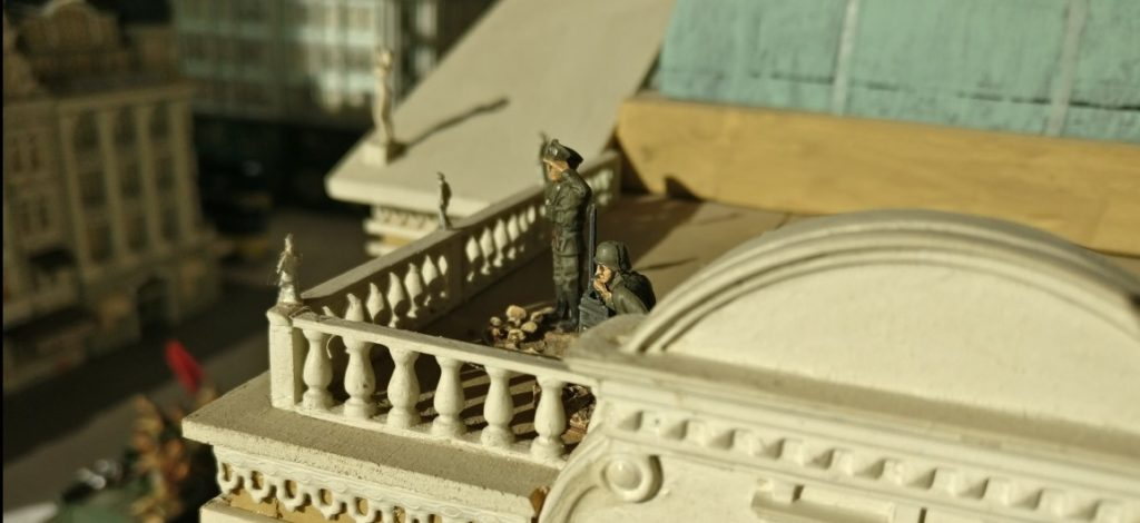 """Artilleriebeobachter auf dem Prussiamuseum auf der Spielplatte """"Königsberg 1945"""""""