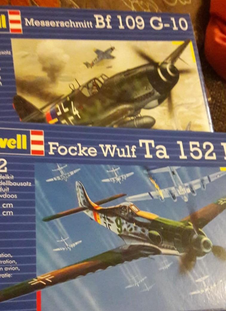 Von Revell kommt das Langersehnte: Air Support für das Panzerregiment 25 der 7. Panzerdivision in Form von der Messerschmidt Bf 109 G-10 und der Focke Wulf Ta 152 D. Auch wenn die Focke Wulf auf dem Foto mehr den Bombern zu leibe rückt, wird sie sich bei Dominic mehr den Spitfires widmen. (#1)