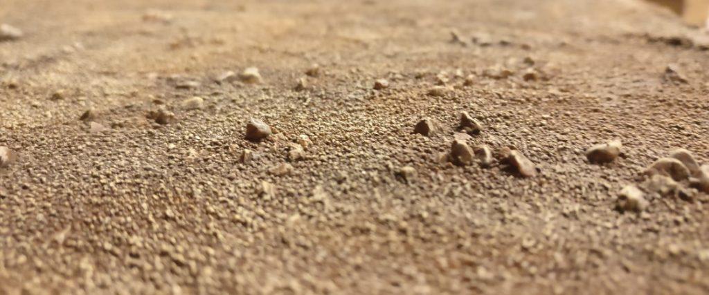Das Trockenbürsten arbeitet die Strukturen von Sand und Steinen sehr gut heraus.