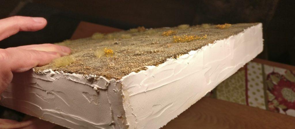 Hier die noch ungefärbte Schicht Innenspachtel auf den Seitenflächen des Plattensegments.