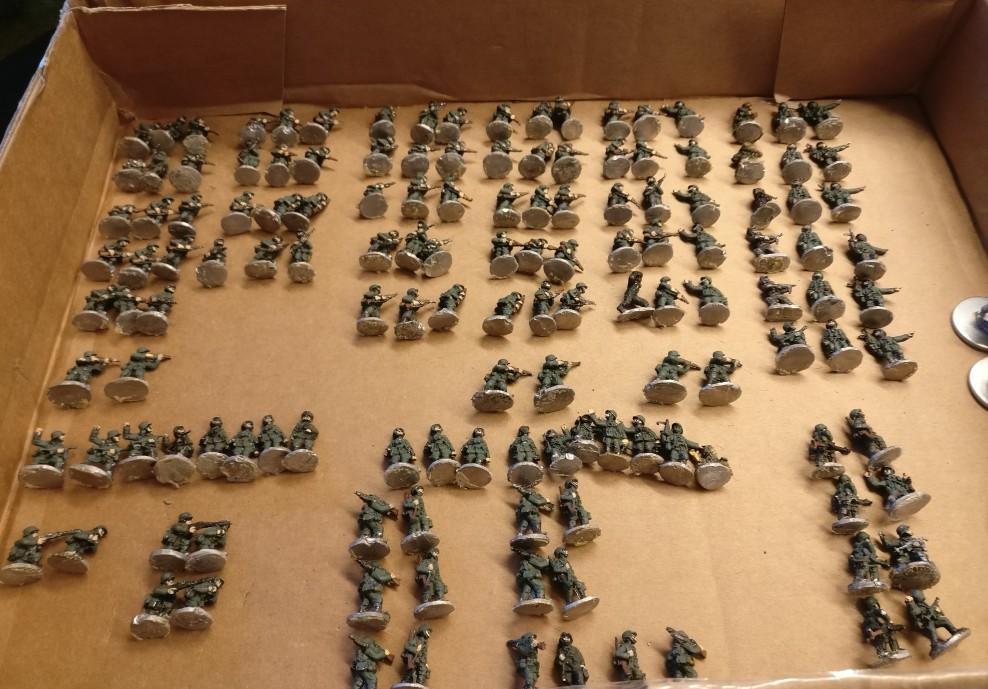 Etwa sechs Infanteriezüge mit 15mm-Figuren stehen zum Basieren und zum verfeinernden Bemalen an.