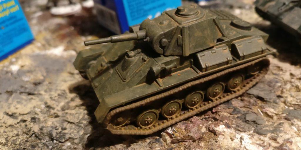 Ein hellerer und mit mehr Erdfarbe getönter T-70 vom StoI. (Hersteller: PSC Plastic Soldier Company, so muss Panzer aussehen!)