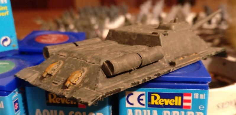 Die Lasur erdbraun zieht einen dünnen Schleier von Staub über das ganze Fahrzeug des Armourfast SU-85