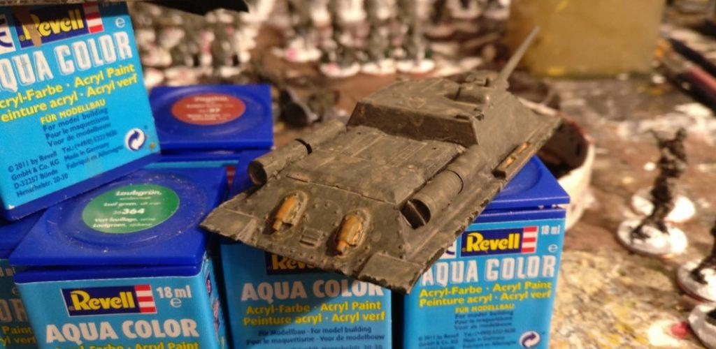 Der Auspuff wurde mit einer Lasur Revell Aquacolor 36382 Holzfarbe für den Auftrag des Rost bestrichen.