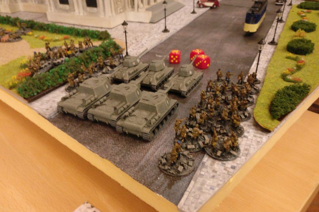 """Drei SU-152 Sveroboj und drei T-34/85 machen sich bereit für den Sturmangriff. Aufgesessen: 2 Züge Desant-Infanterie """"Tank-Riders""""."""