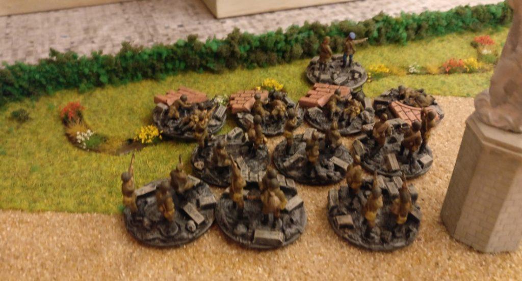 Der dritte Zug russischer Infanterie steht hinter dem Landeshaus bereit.
