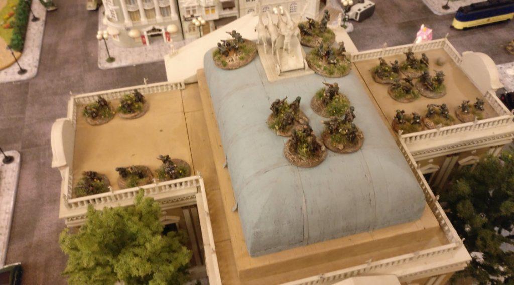 Auf dem Dach des Prussia-Museums ist ein Zug Grenadiere in Stellung gegangen. Panzerschreck-Trupps, LMG-Trupps, Rifles, HMG-Trupps.