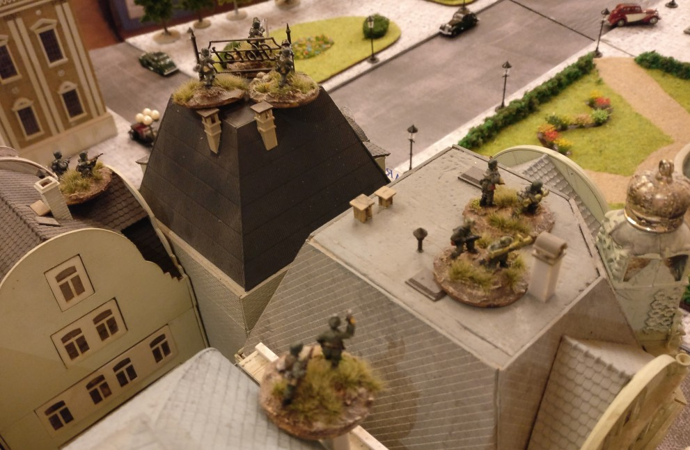 Auch zur Prinzenstraße hin erwartet man den russischen Angriff mit Panzerschreck und LMG. Ein Flammenwerfertrupp ist auch mit von der Partie.