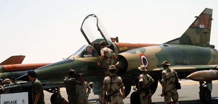 Deltaflügler über dem Nil: Mirage 5 der ägyptischen Luftwaffe. Foto: US-Soldaten besichtigen 1985 auf dem Fliegerhorst Kairo-West einen Mirage 5E2-Jagdbomber der ägyptischen Luftwaffe. Im Hintergrund sind Leitwerk und Rumpfrücken von MiG-21-Jets zu erkennen.
