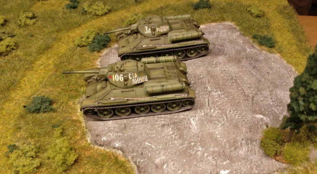 Die sowjetische 39. Armee unter Iwan Maslennikow stürmt in einem kombinierten Angriff mit T-34-Panzern die Verteidigungslinien der 256. ID vor Rschew. Die deutsche Division hält ihren Abschnitt gegen einen zehnfach überlegenen Gegner noch bis zum 29. Dezember 1941. Das Foto entstand am Morgen des 30. Dezember 1941. Die Höhe 47 ist von der Roten Armee genommen.
