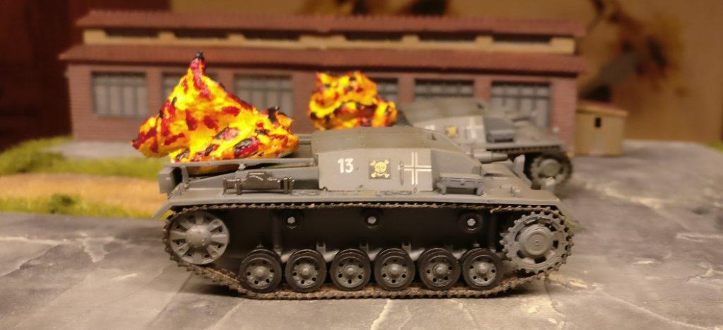 Zwei StuG III haben sich schon nahe an die Schlüsselpositionen herangekämpft. Beide haben bereits einen Treffer abbekommen.
