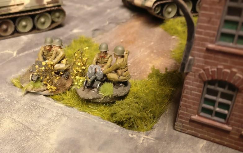 Seitlich des Heizhauses sind zwei MG-Trupps mit ihren Maxim-MGs in Stellung.