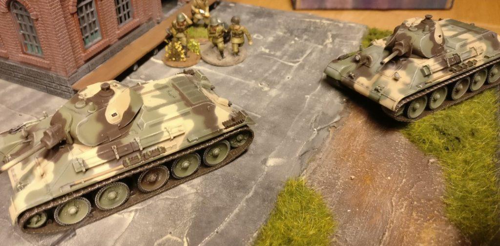Zwei T-34/76 rollen nach vorne. Frisch vom Band und ab in die Sschlacht.