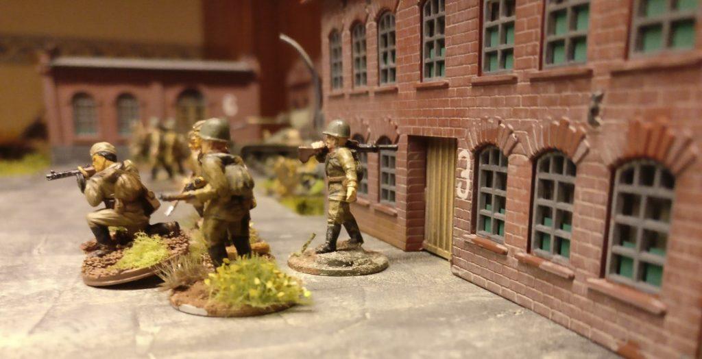 """Aus dem Heizhaus mit der Nummer """"3"""" kommt ein weiterer Infanterietrupp und geht in den Gegenangriff über. Kein Wunder, dass es Hauptmann Hornung zuviel wird. Hier muss aufgeräumt werden!"""