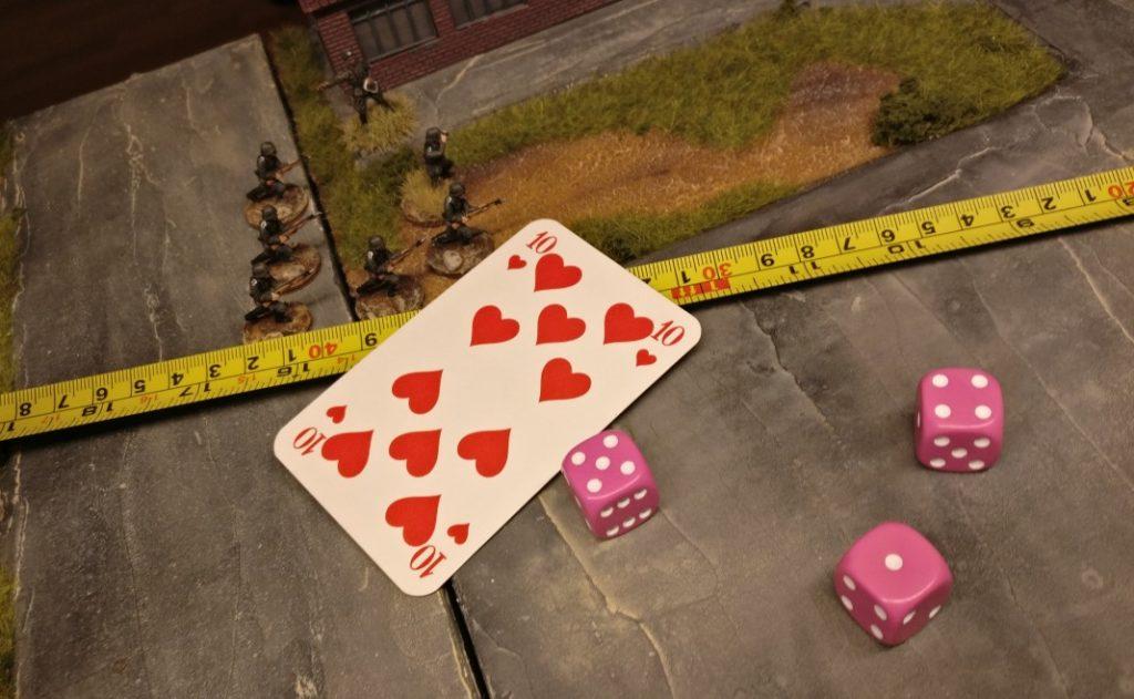 """Hauptmann Hornung hat Sichtkontakt zu allen Zielen. Er fordert die Luftunterstützung an. Er zieht die rote Kommandokarte """"10"""" und würfelt mit drei W6-Würfeln insgesamt """"10"""" Augen. Passt exakt! Lasst die Motoren an!"""