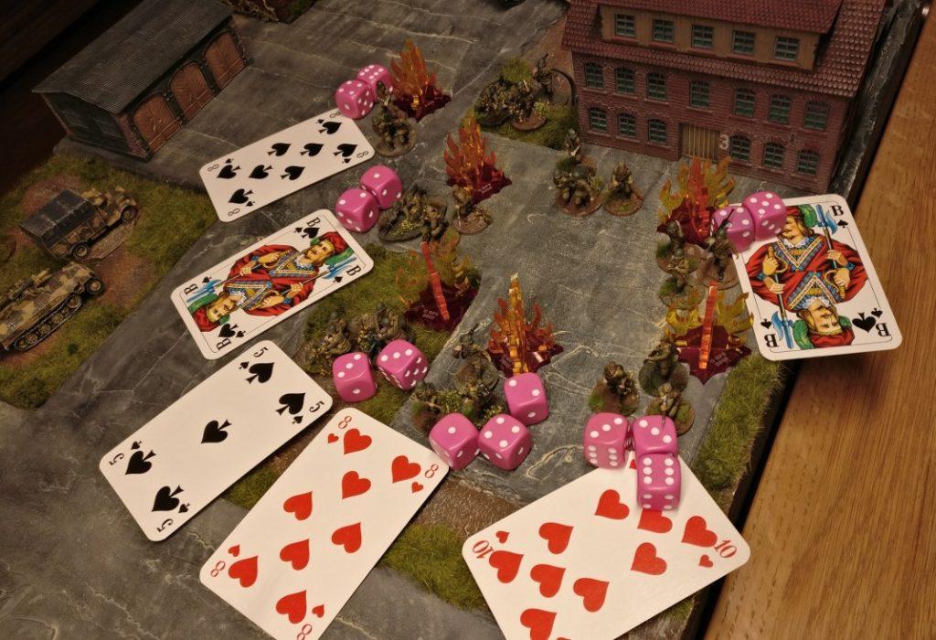 Für jedes bekämpfte Ziel wird eine Kommandokarte aufgedeckt. Hier wurden drei der sechs Ziele erfolgreich bekämpft.