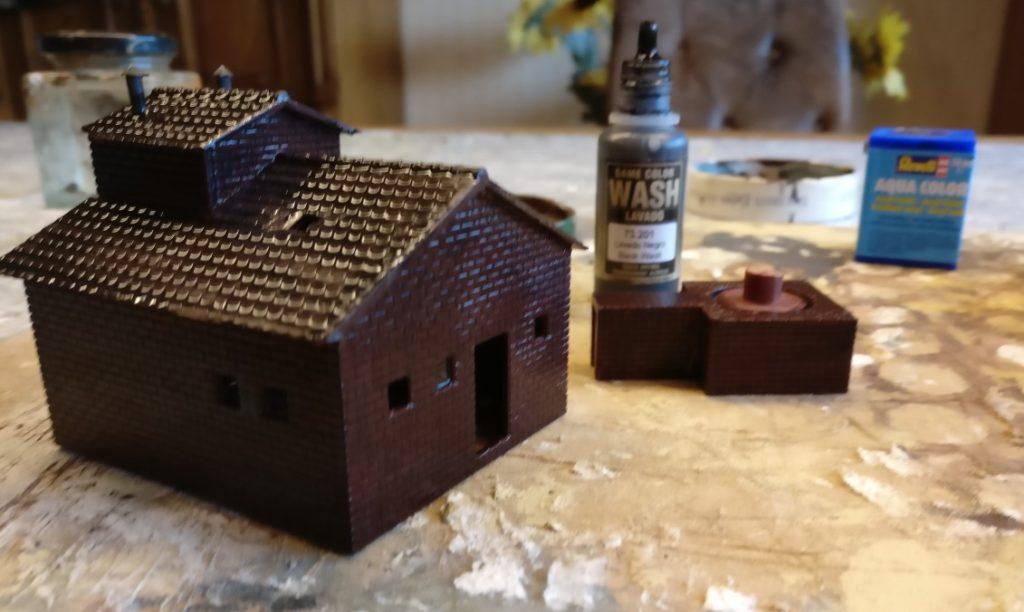 Das frisch mit Black Wash eingesuppte 6017 Vollmer H0 Kamin für Kesselhaus.