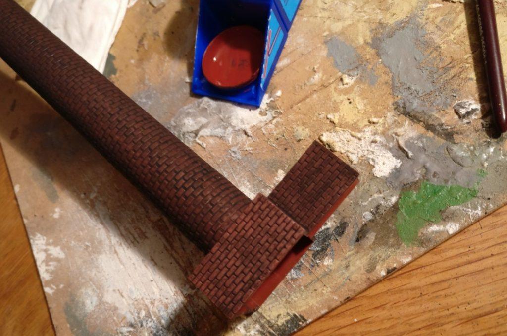 Hier wurde der Schlot / Kamin des  6017 Vollmer H0 Kamin für Kesselhaus bereits mit Revell Aquacolor 36185 Braun trockengebürstet.