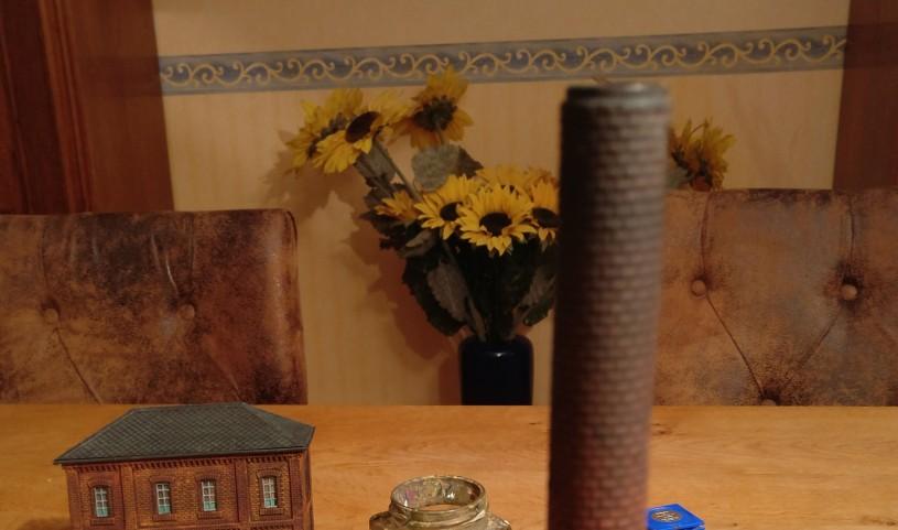 Hier die Kuppe des Schlotes des  6017 Vollmer H0 Kamin für Kesselhaus nach dem Trockenbürsten mit Schwarz.