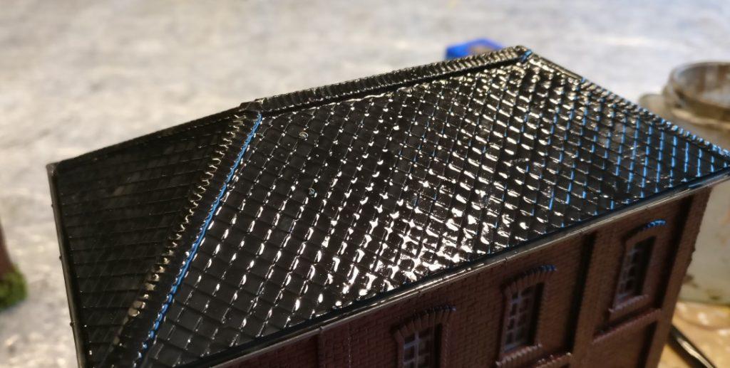 Das Vollmer 45610 Fabrikgebäude Bausatz 5610 erfährt sein Bad im Black Wash zuerst auf dem Dach.