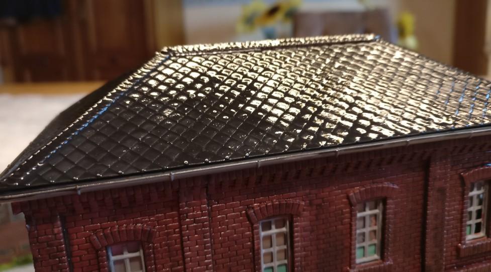 Das Mauerwerk des Vollmer 45610 Fabrikgebäude Bausatz 5610 wird ebenfalls mit dem Black Wash von Game Color behandelt. Man sollte hier nicht sparen. Die spätere Wirkung beruht zum großen Teil auf dem Schwarz/Rot- bzw. Schwarz/Orange-Kontrast des Mauerwerks.
