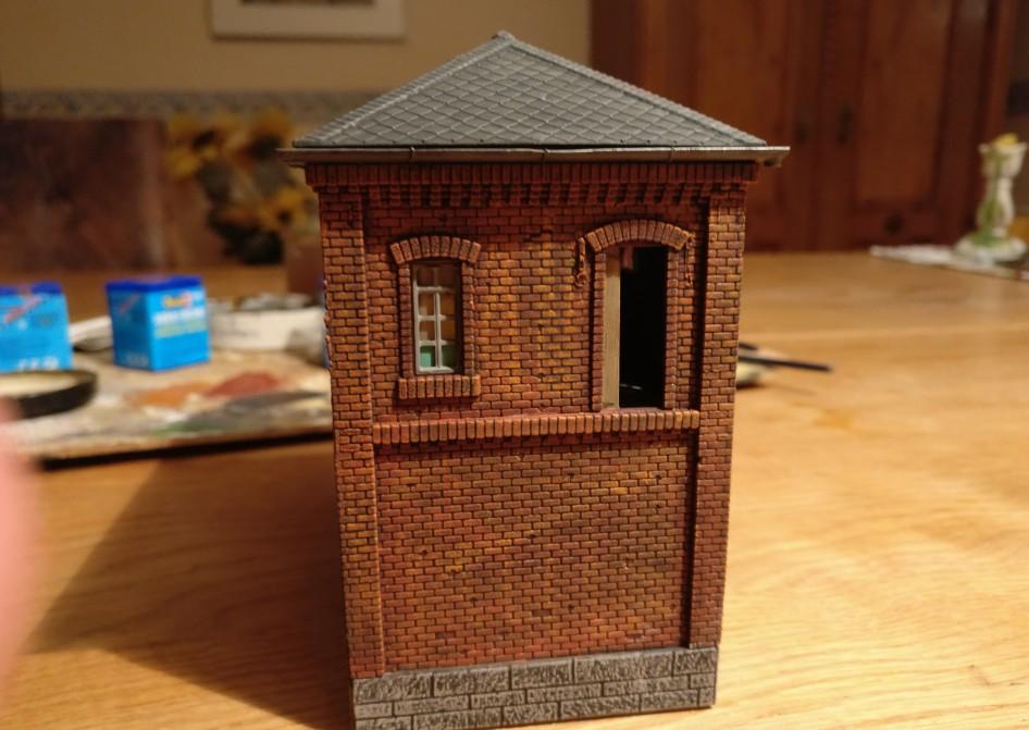 Die Fensterkreuze haben ihre Farben noch aus grauer Vorzeit. Die Scheiben ebenfalls. Das belasse ich, denn ich finde, es passt perfekt.