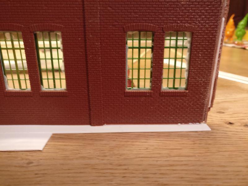 Die Streifen aus Plastic Sheet lassen sich unter die Wände kleben. Beidseitig stehen sie etwa 5mm über. Entgegen allen Befürchtungen sorgen die überstehenden 5mm für hinreichend Stabilität.