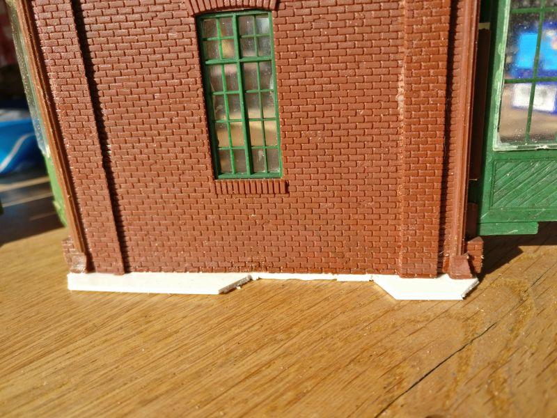 """Hier im Fuß sichtbar: Eine Aussparung für die in den Hallenboden eingelassenen (""""aufgeklebten"""") Sockelelemente."""