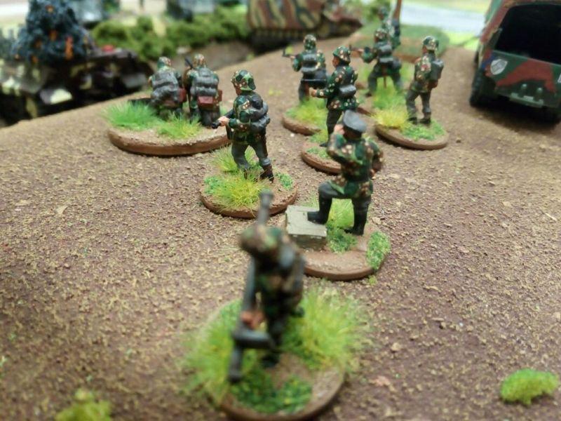 """Deutsche  Panzergrenadiere warten auf das Signal """"Doppelstern Rot"""""""