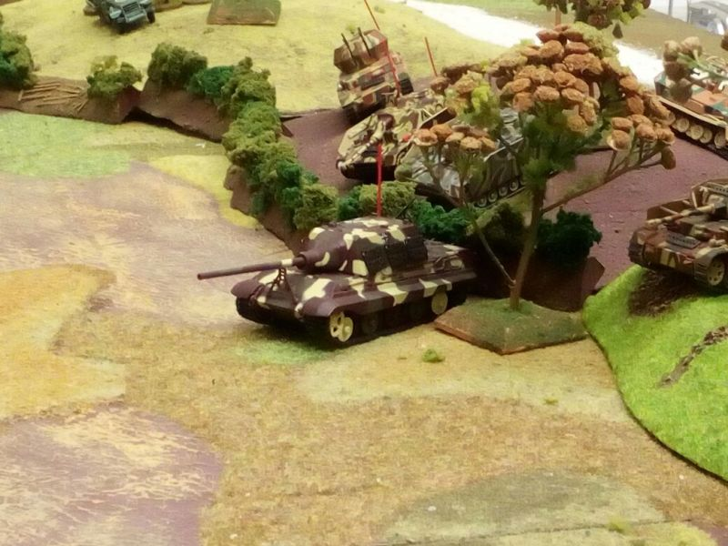 """StuG III / StuG IV und Panzer IV rollen dem Jagdtiger hinterher. Hoffentlich läßt er uns was übrig. """"Doppelstern Rot"""" läutet auch die heiße Schlacht am kalten Büffet ein."""