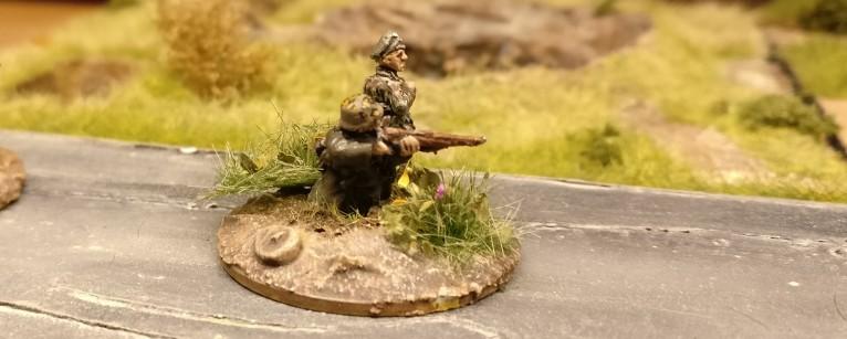 Hier leitet Hauptmann Hornung das Feuer des Granatwerfers. Als Führungseinheit dürfte er einen W12-Würfel zur Ermittlung der Abweichung benutzen. In unserem Beispiel nehmen wir einen W20-Würfel. Hauptmann Hornung wird's verzeihen.