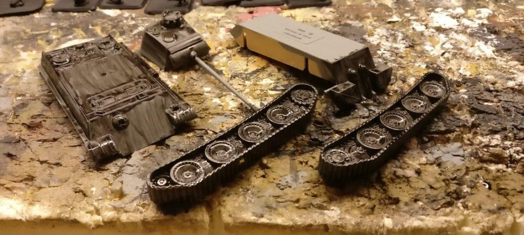 Über das Mittelgrau kommt der Black Wash. Vor allem die Panzerketten brauchen das, damit sie später schön dunkel strahlen.