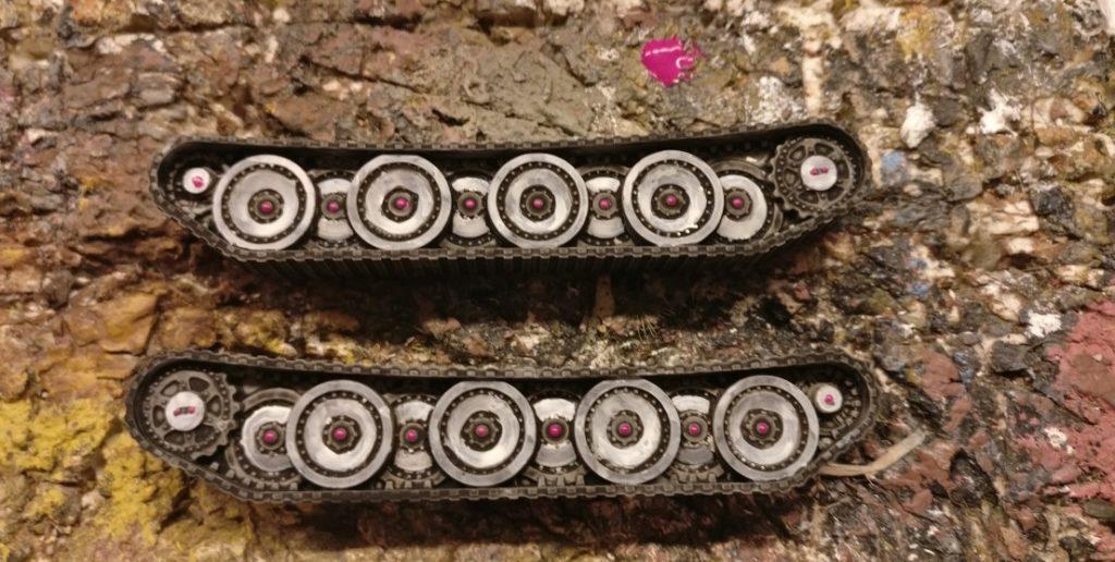 Hier die Laufwerke des Pinken Panther. Ein wenig wurde weiß lasiert. In den Naben der Laufwerksrollen wurden Magenta-Punkte aufgebracht. Diese entfalten später ihre eigene Wirkung.