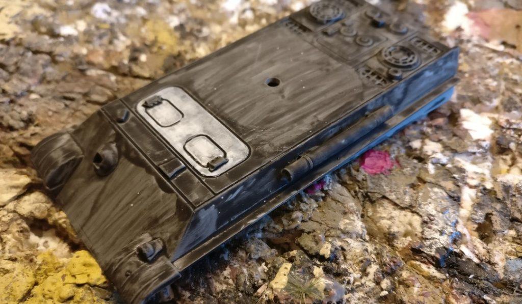 Die Panzerwanne wird in gleicher Weise weiß lasiert. Tiefliegende Stellen bleiben Dunkel, müssen nötigenfalls beim Klecksen mit Schwarz nachgezogen werden.