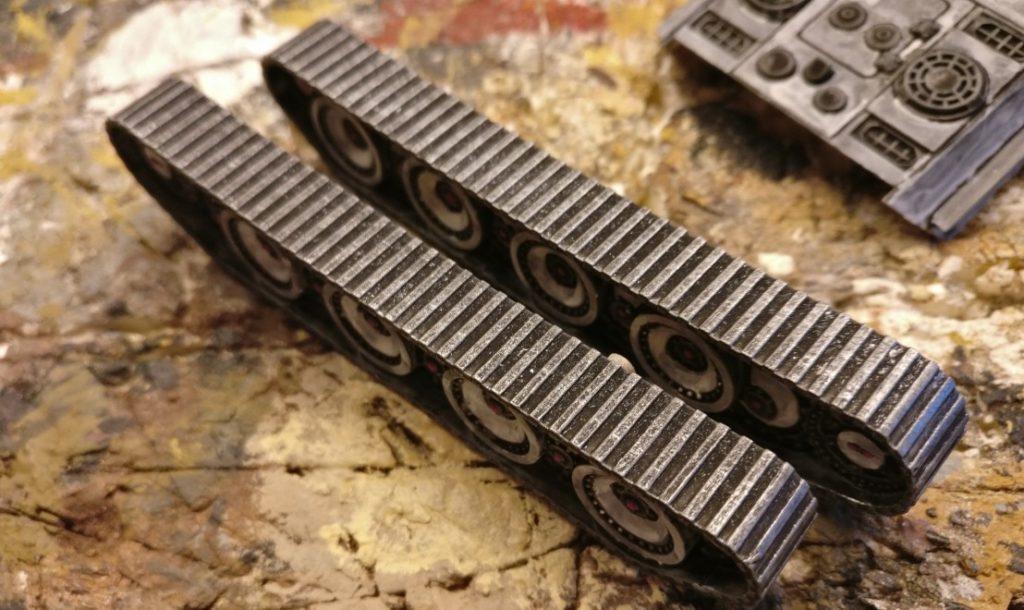 Die Panzerketten sind hier bereits mit Gun Metal trockengebürstet worden.