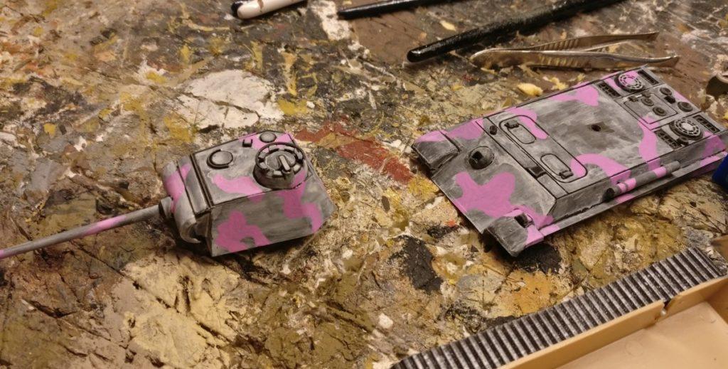 Erster Auftrag der Pink auf die weiß lasierte Oberfläche. Wichtig: es darf keine pinke Farbe in die schwarzen Ritzen laufen. Wenn doch: Sofort auswischen und Schwarz nachziehen.