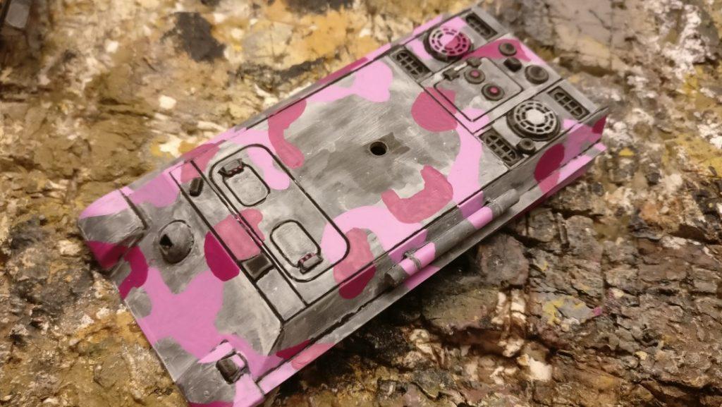 Die Magenta kommt im Nachgang. Diesen Farbton trägt man blickdicht auf. Das Pink wurde nachmal etwas dünner - fast lasierend -  aufgetragen.