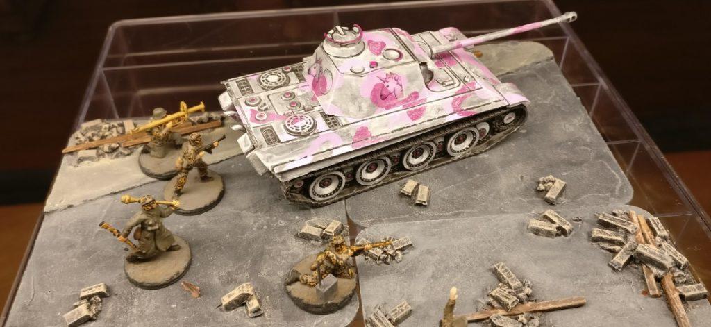 Bilder vom ersten Einsatz des Pink Unicorn Panther der 666. Panzerdivision.